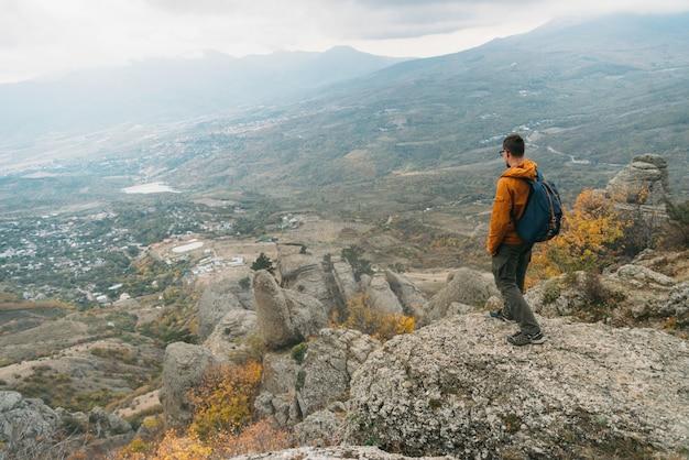 Mann, der auf demerdji-berg steht