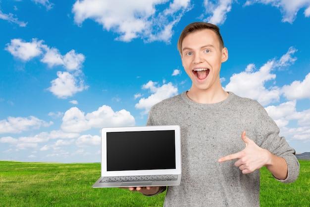 Mann, der auf den laptopbildschirm zeigt