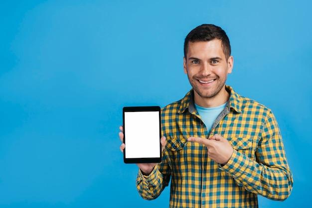 Mann, der auf ein tablettenmodell zeigt