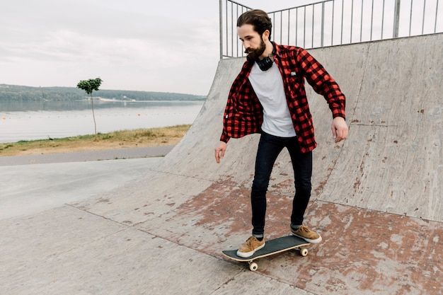 Mann, der auf eine rampe am rochenpark geht