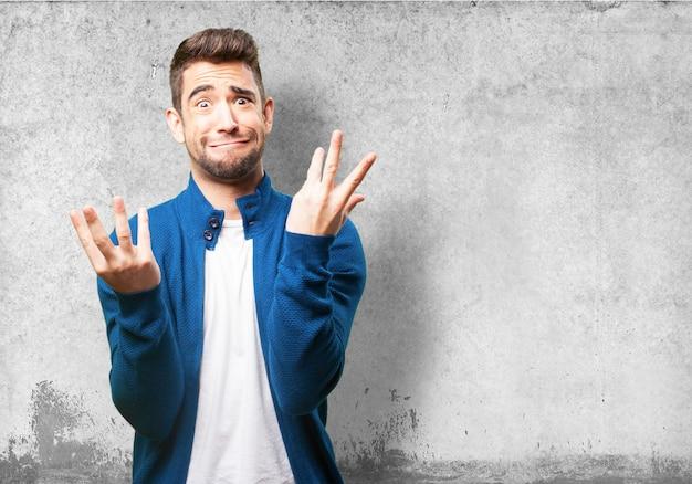 Mann, der auf einem fremden gesicht mit erhobenen händen