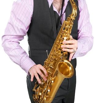Mann, der auf einem saxophon spielt