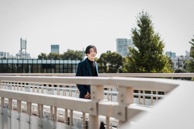 Mann, der auf einer stadtbrücke aufwirft