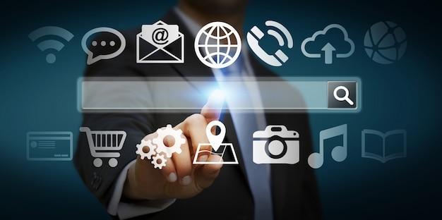 Mann, der auf internet mit digitaler tastwebadressleiste surft