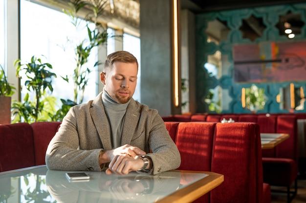 Mann, der auf jemanden im cafe wartet