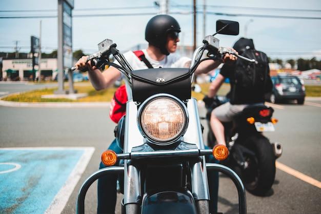 Mann, der auf motorrad fährt