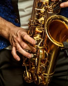 Mann, der auf saxophon spielt