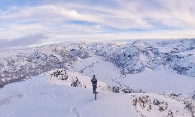 Mann, der auf schneefeld steht