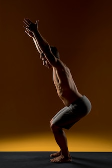 Mann, der auf yogamatte ausdehnt
