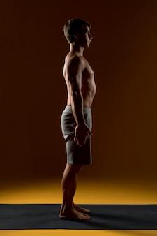 Mann, der auf yogamatte steht