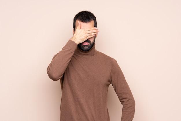 Mann, der augen durch hände bedeckt. ich will nichts sehen