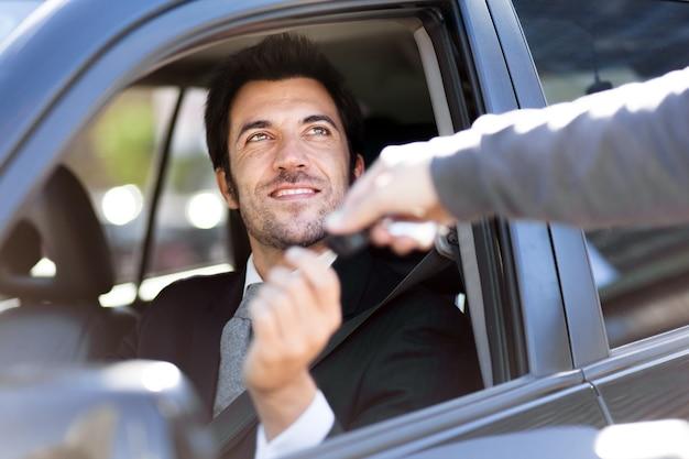Mann, der autoschlüssel nimmt