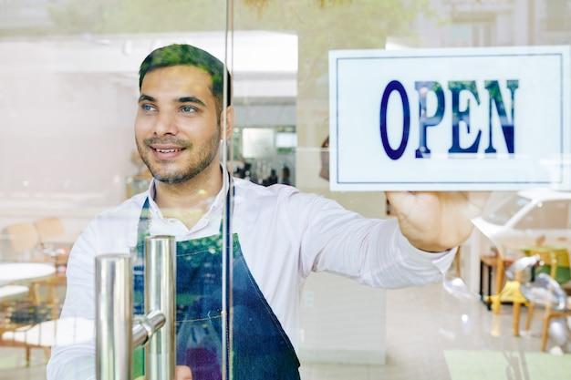 Mann, der bäckerei eröffnet