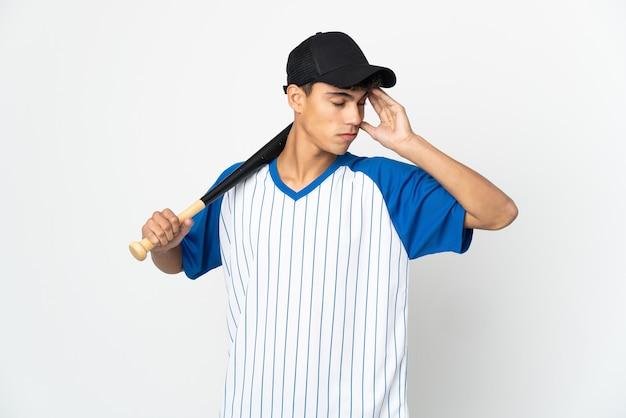 Mann, der baseball auf isoliertem weiß mit kopfschmerzen spielt