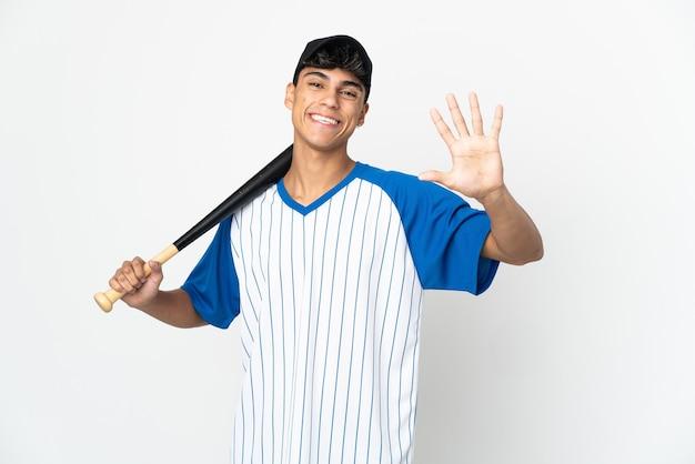 Mann, der baseball auf isoliertem weiß spielt, das fünf mit den fingern zählt