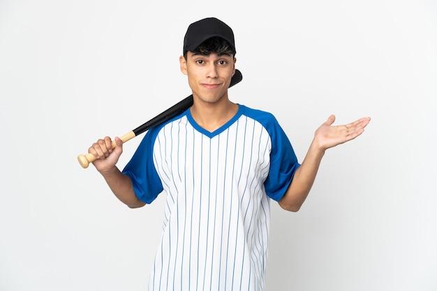 Mann, der baseball auf isoliertem weiß spielt, das zweifel hat, während hände anhebt