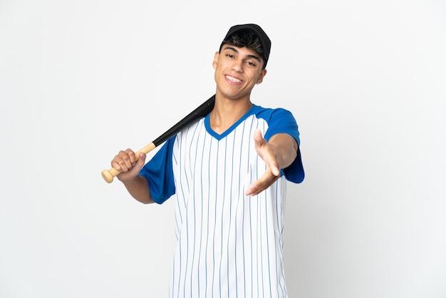 Mann, der baseball über isolierter weißer wand spielt händeschütteln für das schließen eines guten geschäfts