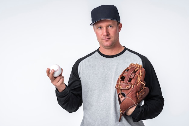 Mann, der baseball und handschuh hält