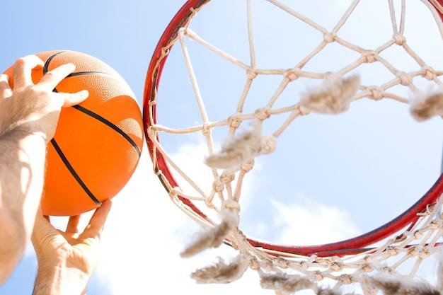 Mann, der basketball in der straße nah oben spielt