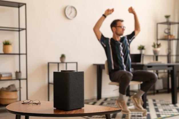 Mann, der beim tanzen einen intelligenten lautsprecher benutzt