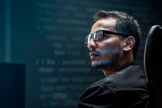 Mann, der binärcode auf virtuellem bildschirm analysiert