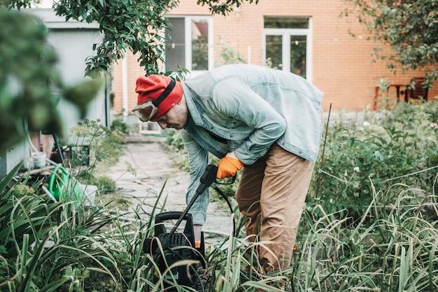 Mann, der blattläuse besprüht, befällt baum mit insektizider seife, landarbeiter, der giftige pestizide oder insektizide auf obstplantagen sprüht