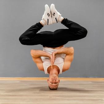 Mann, der breakdance durchführt