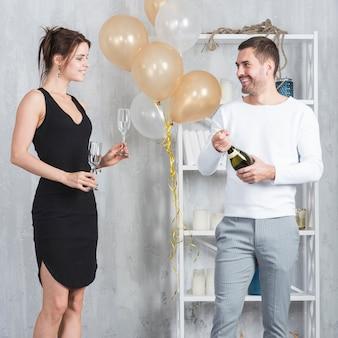 Mann, der champagnerflasche öffnet