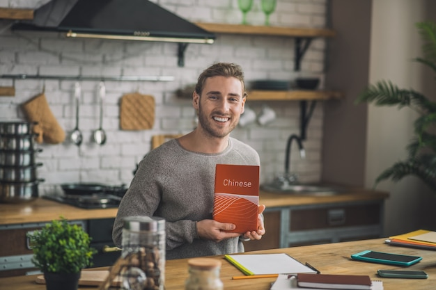 Mann, der chinesisches grammatikbuch liest