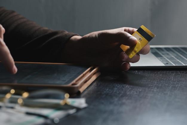Mann, der cvv-nummer für das bezahlen mit kreditkarte auf tablette am home-office-einkaufs-, bank-, haupt- und lebensstilkonzept eingibt
