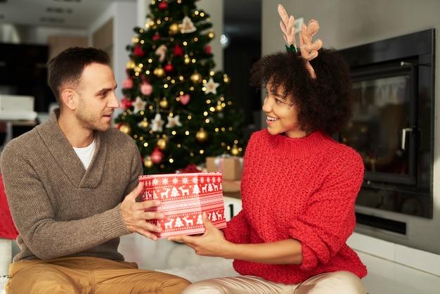Mann, der das große weihnachtsgeschenk gibt