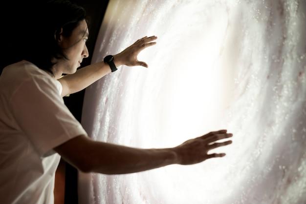 Mann, der das universum in einem planetarium erlebt
