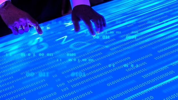 Mann, der den futuristischen blauen bildschirm berührt
