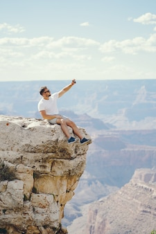 Mann, der den grand canyon in arizona erforscht