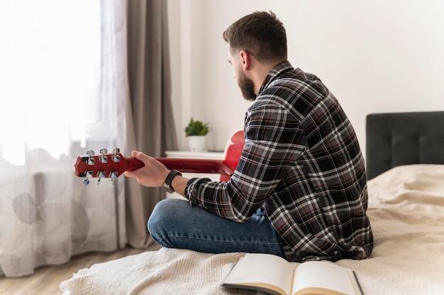 Mann, der den mittleren gitarrenschuss spielt