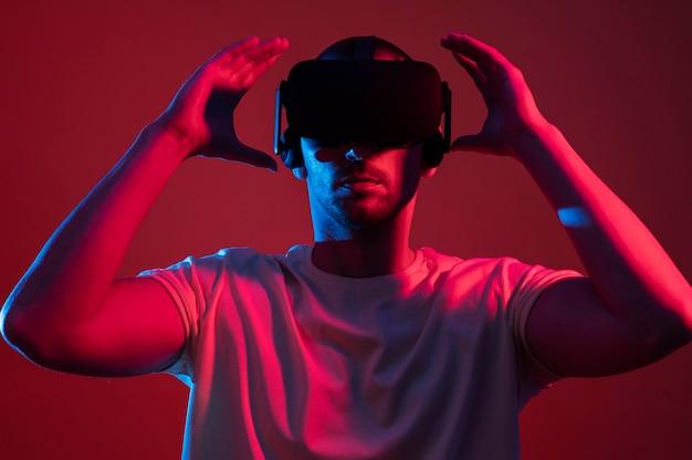Mann, der den mittleren schuss des gadgets der virtuellen realität trägt