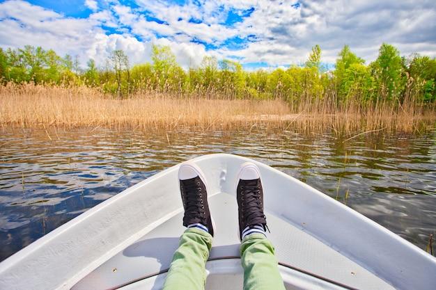 Mann, der den sommer mit boot schwimmt