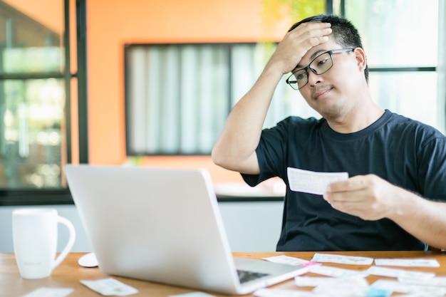 Mann, der die ergebnisse der lotterie auf laptop überprüft und verliert