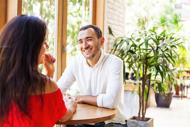 Mann, der die frau bei einem date im café anschaut
