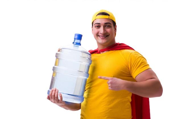 Mann, der die wasserflasche lokalisiert liefert