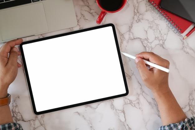 Mann, der digitale moderne tablette des leeren bildschirms verwendet