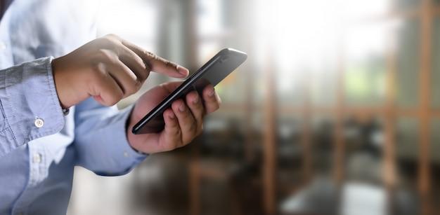 Mann, der digitale tablette in den händen hält