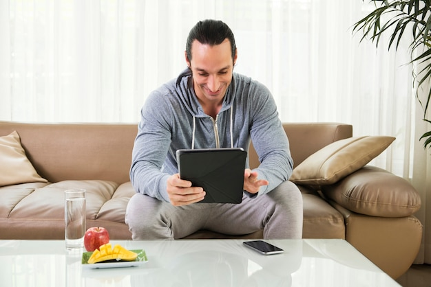 Mann, der digitale tablette verwendet