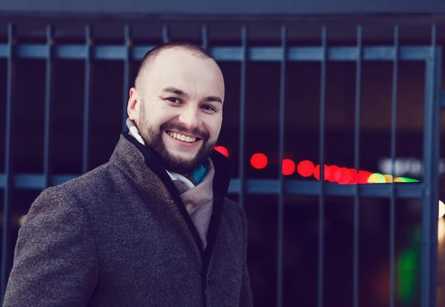 Mann, der draußen am wintertag lächelt