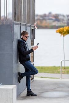 Mann, der draußen musik auf kopfhörern hört
