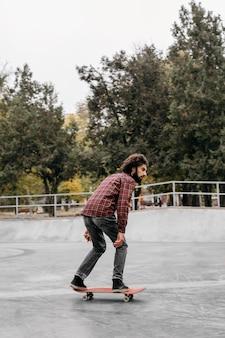 Mann, der draußen skateboard fährt
