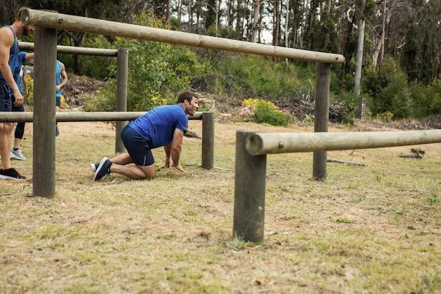 Mann, der durch hürden während des hindernislaufs geht
