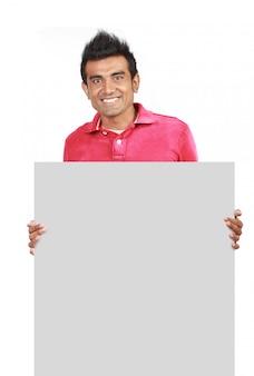 Mann, der durch weiße leere karte steht