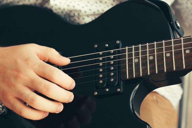 Mann, der e-gitarre spielt