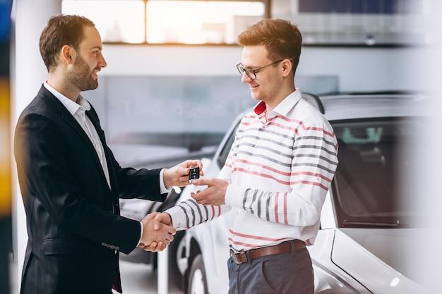 Mann, der ein auto kauft